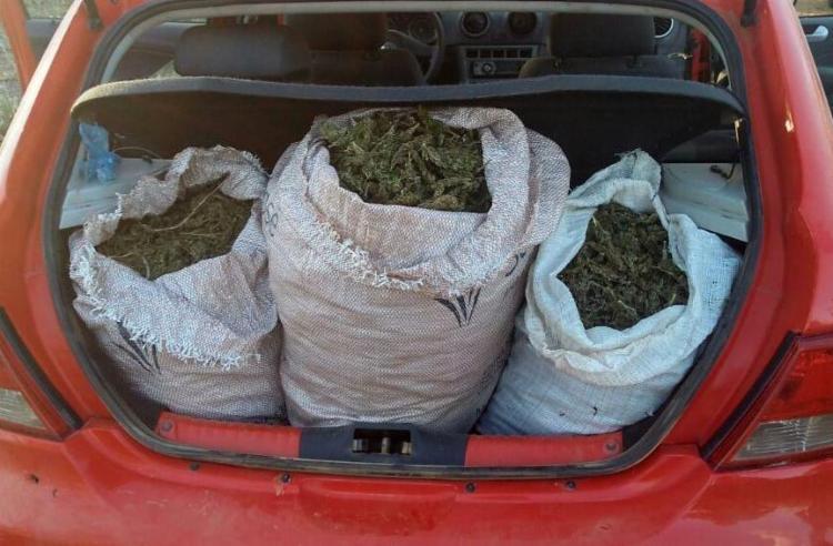 Suspeitos abandonaram a droga no veículo e fugiram - Foto: Divulgação | SSP