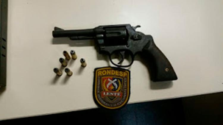 O revólver encontrado com o suspeito foi apreendido pela polícia - Foto: Reprodução | Central de Polícia