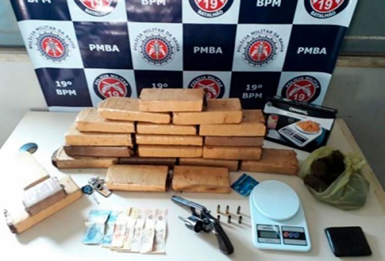 Foram apreendidos 21 tabletes de maconha e um revólver - Foto: Reprodução   Itamaraju Notícias