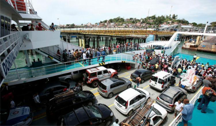 Motoristas esperam cerca de 2h para embarcar - Foto: Joá Souza | Ag. A TARDE | 05.09.2017