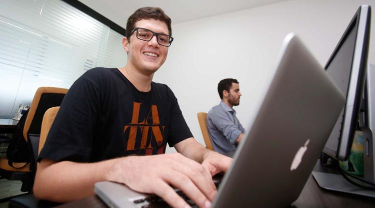Henrique começou a trabalhar com marketing digital antes de se formar - Foto: Joá Souza | Ag. A TARDE