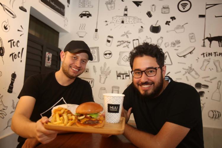Sócios e irmãos, Felipe e Túlio vão abrir nova unidade da hamburgueria MUU no primeiro semestre e planejam outras no segundo - Foto: Joá Souza | Ag. A TARDE