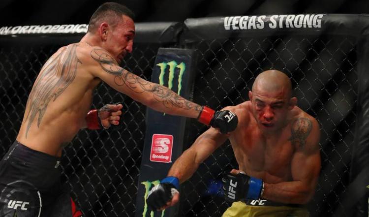 Max Holloway (e) em combate com o brasileiro José Aldo em Detroit, Michigan. - Foto: regory Shamus | Getty Images | AFP