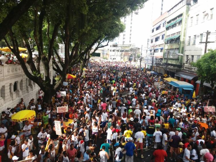 Multidão segue os trios do Campo Grande à Praça Castro Alves - Foto: Felipe Santana   Ag. A TARDE