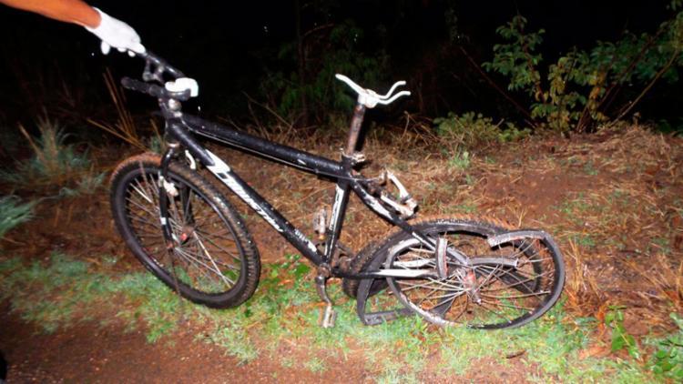Chovia na hora do acidente e a bicicleta não tinha equipamentos de sinalização - Foto: Reprodução | Blog Braga