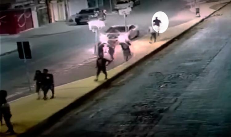 O suspeito seguiu um grupo de pessoas - Foto: Reprodução   YouTube