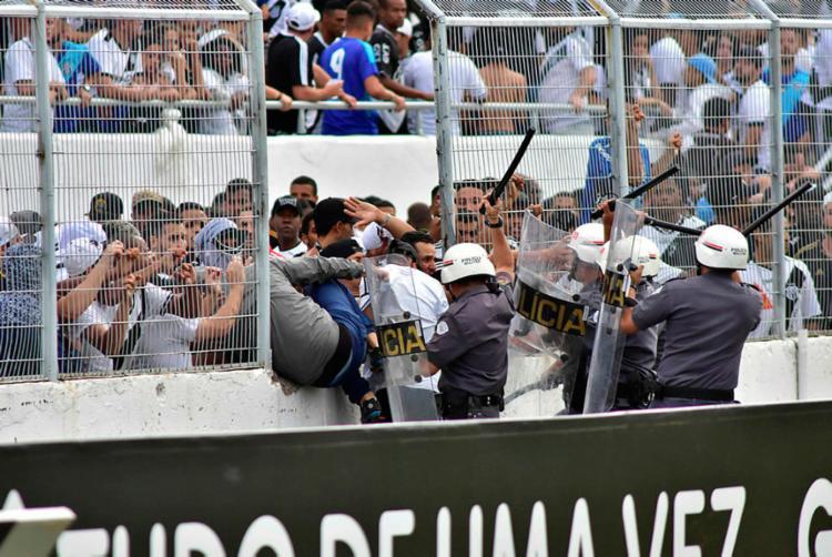 Torcida da Ponte invadiu o campo em jogo contra o Vitória no dia 26 de novembro - Foto: Eduardo Carmim | Agência O Dia | Estadão Conteúdo