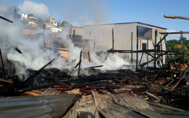 O incêndio destruiu parte da madeireira - Foto: Divulgação | Corpo de Bombeiros