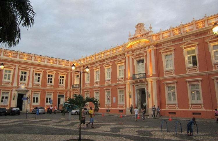 O livro fala do prédio que abriga a Faculdade de Medicina da Ufba - Foto: Divulgação