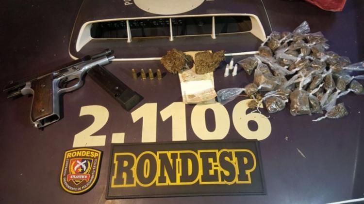 Policiais apreenderam a arma e drogas com o suspeito - Foto: SSP-BA | Divulgação