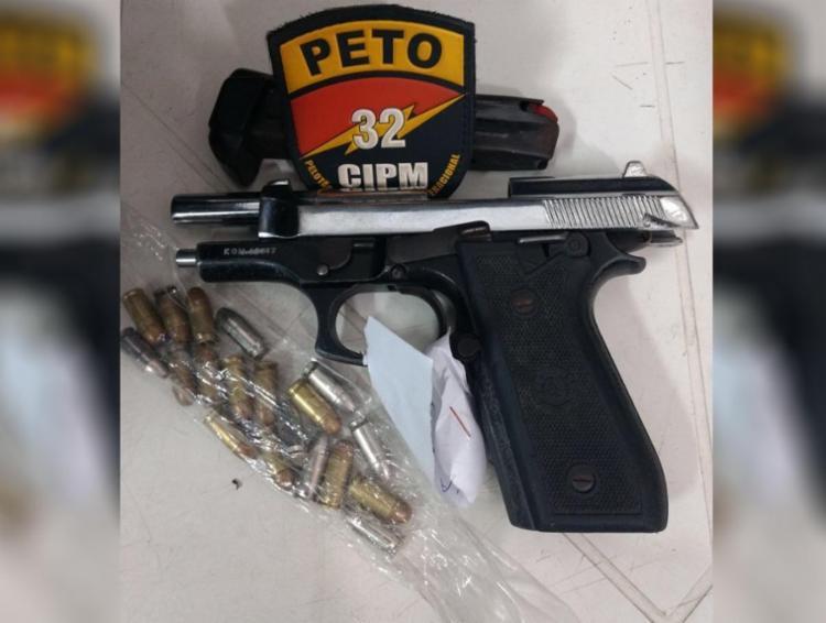 Arma encontrada com os suspeitos no interior de um ônibus da empresa Marte - Foto: Divulgação | Polícia Militar