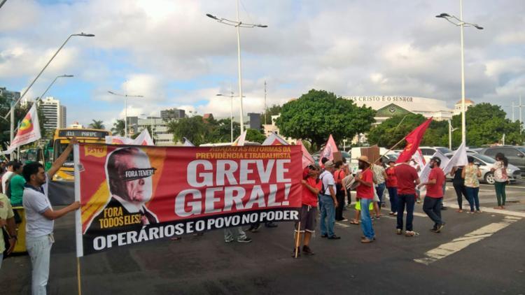 O grupo está concentrado na sinaleira de acesso a ônibus, em frente ao shopping da Bahia - Foto: Roberto Aguiar   Ag. A TARDE