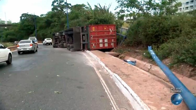 A carreta tombou no início da manhã desta quarta-feira, 6 - Foto: Reprodução | TV Bahia