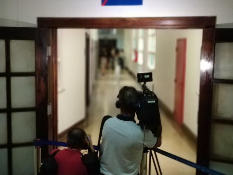 Cinegrafistas acompanham o segundo dia de julgamento da médica - Foto: Raul Spinassé | Ag. A TARDE
