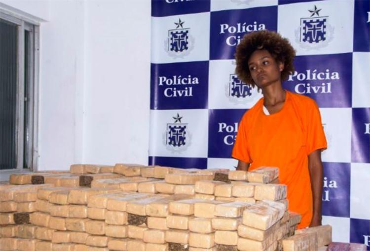 A mulher disse que guardava a droga para uma pessoa e que receberia mil reais em troca - Foto: Ed Santos | Reprodução | Acorda Cidade