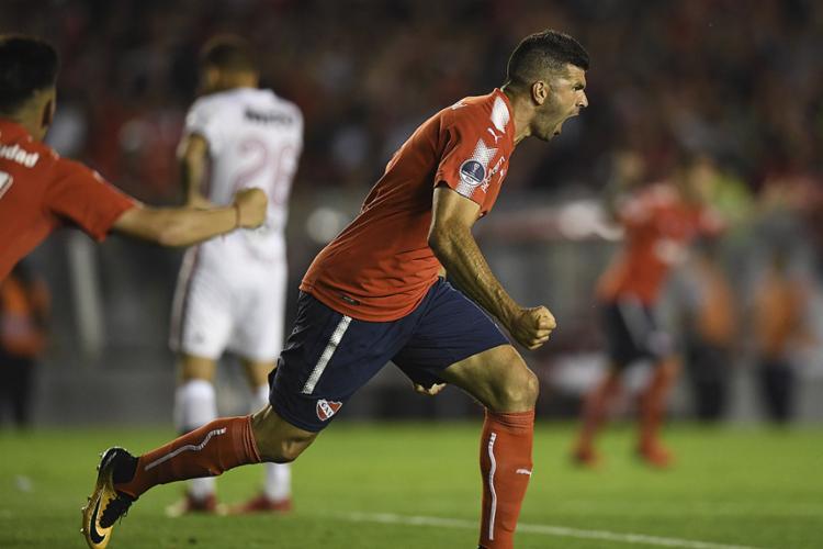 Veterano Gigliotti marcou o gol que iniciou a reação do Independiente - Foto: Eitan Abramovich l AFP