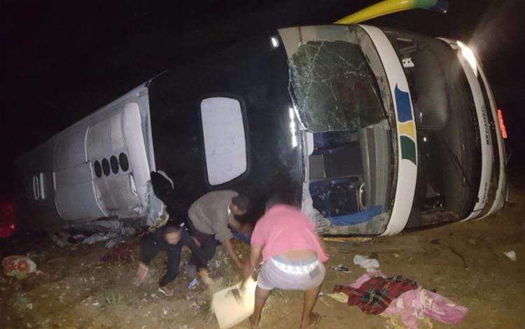 Ônibus tombou em curva na rodovia BR-101 e caiu em uma ribanceira - Foto: Divulgação | PRF