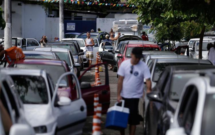 Fila de carros afetou trânsito na Cidade Baixa - Foto: Raul Spinassé | Ag. A Tarde | 22.06.2017