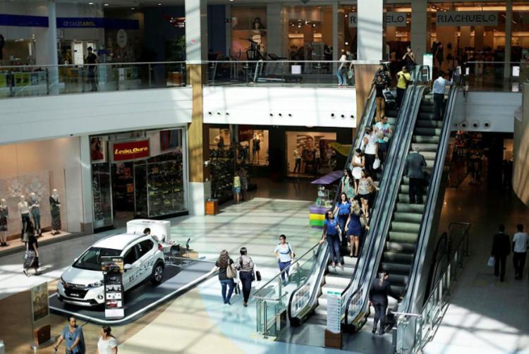 Somente algumas lojas dos shoppings estarão abertas neste domingo - Foto: Raul Spinassé | Ag. A TARDE | 08.05.2017