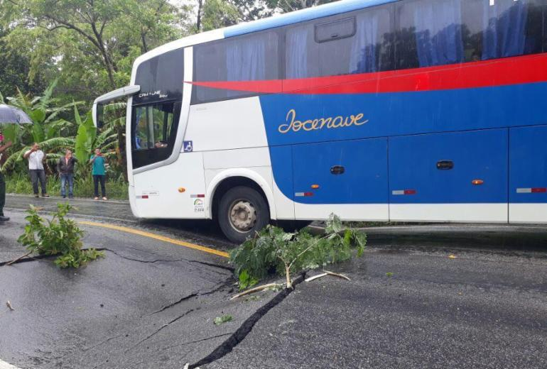 Trecho da BR-101 cede por causa de chuva que atinge região na Bahia
