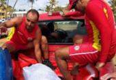 Golfinho é socorrido após ficar preso em pedras de Stella Maris | Foto: Raul Spinassé | Ag. A TARDE