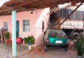Carreta desce ladeira de ré e atinge casa em Feira de Santana   Foto: Ed Santos   Reprodução   Acorda Cidade
