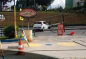 Motorista bate carro e derruba poste na avenida São Rafael | Foto: Leonardo Rattes | Divulgação