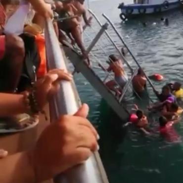 Assustadas, pessoas tentam sair da água depois de ponte cair - Foto: Reprodução