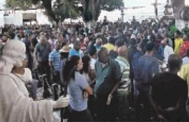 Familiares e amigos lotaram cemitério para enterro - Foto: Alexandre Santos | Ag. A TARDE