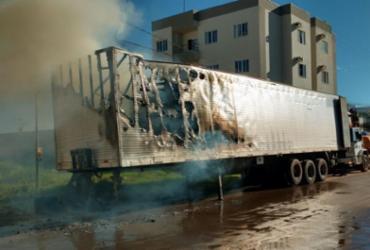 Baú de caminhão carregado com móveis pega fogo no oeste da BA | Reprodução | Blog do Braga