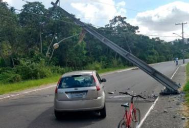 Motorista derruba poste em Cajazeiras após perder o controle da direção | Divulgação | Transalvador