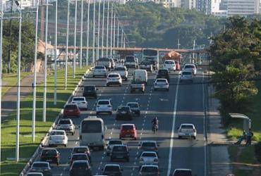 Avenida Paralela será interditada para instalação de passarela nesta quinta | Joá Souza | Ag. A TARDE | 27/05/2015