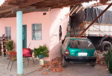 """Carro """"segura"""" carreta desgovernada e salva homem em Feira de Santana"""