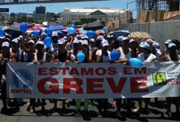 Funcionários de call center protestam contra redução salarial