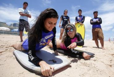 Campeã de bodyboard dá aulas a jovens de baixa renda na orla de Salvador