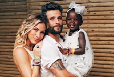 Bruno e Giovanna desembarcam em Salvador para curtir férias
