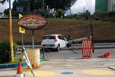Motorista bate carro e derruba poste na avenida São Rafael | Leonardo Rattes | Divulgação