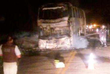 Ônibus fica destruído após pegar fogo; ninguém se feriu