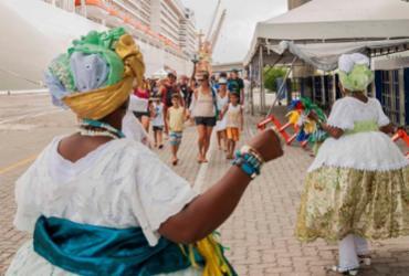 Turistas são recepcionados no Porto de Salvador com música e fitinhas do Bonfim