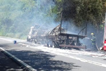 Caminhão carregado com gesso pega fogo na BR-101 | Divulgação | PRF
