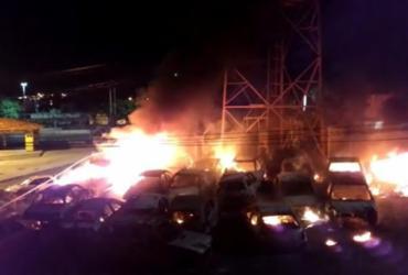 Homem é preso por incêndio que destruiu 22 carros em delegacia | Reprodução | Youtube