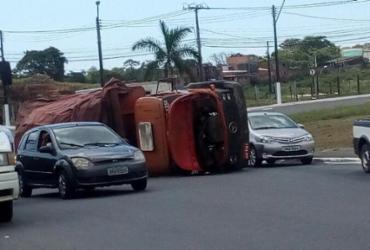 Caminhão tomba e deixa trânsito intenso em Porto Seco Pirajá | Cidadão Repórter | Whatsapp