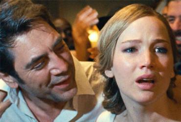 Atriz Jennifer Lawrence (em cena com Javier Bardem) protagoniza 'Mãe', filme que causa um misto de curiosidade com confusão - Reprodução