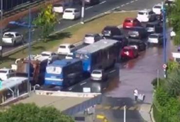 Vazamento de água deixa trânsito lento na altura do Detran | Divulgação | Transalvador