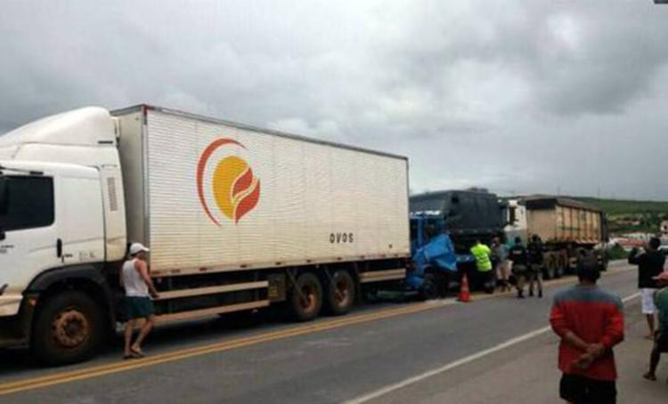 Dois veículos colidiram com uma carreta que freou para pedestre que atravessa a via - Foto: Reprodução   Blog do Marcelo