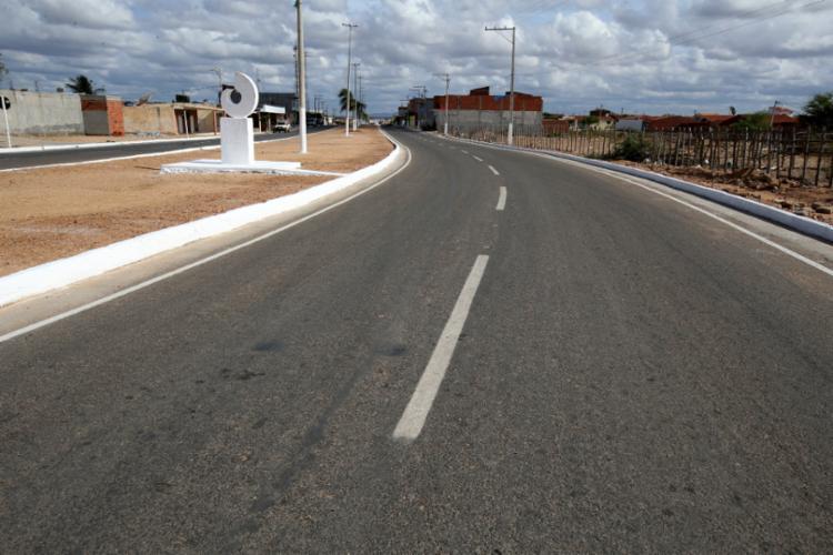 A pavimentação que liga o município de Abaré ao acesso da BA-210 teve um investimento de R$ 755,7 mil - Foto: Manu Dias/GOVBA