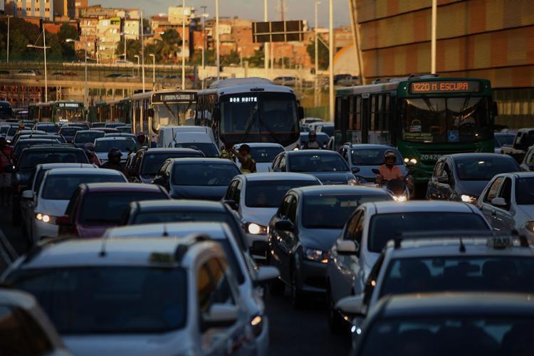 A ação policial deixou o tráfego congestionado nas proximidades da rodoviária - Foto: Joá Souza l Ag. A TARDE 22.12.2017