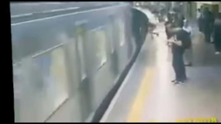 A mulher foi empurrada segundos antes do trem chegar à estação - Foto: Reprodução   YouTube