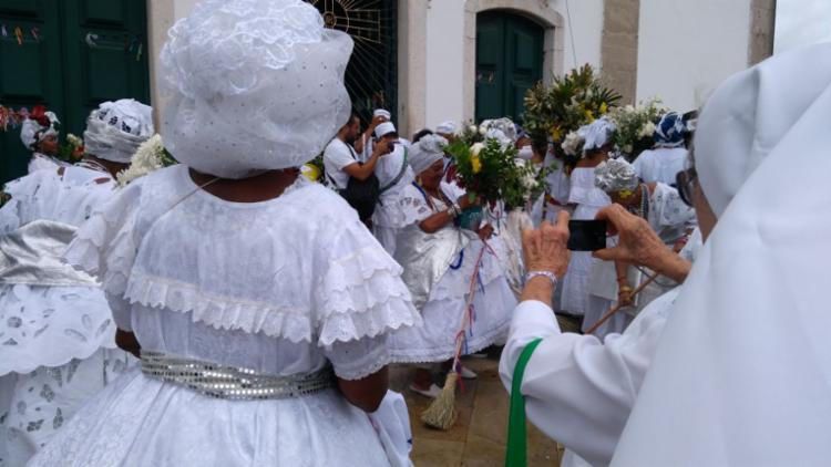 Baianas fazem a lavagem do adro da Igreja do Bonfim - Foto: Luana Almeida | Ag. A TARDE