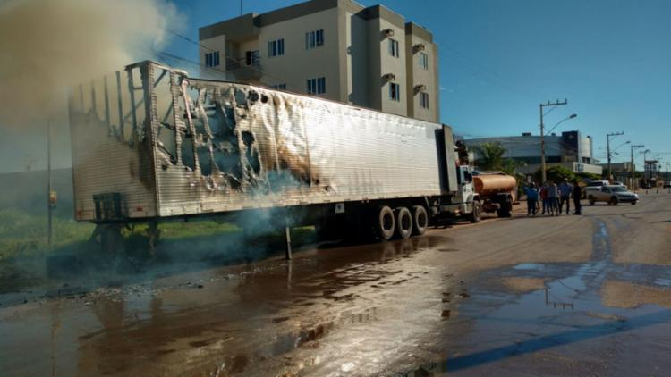 O caminhão pegou fogo na avenida principal de Luís Eduardo Magalhães - Foto: Reprodução | Blog do Braga